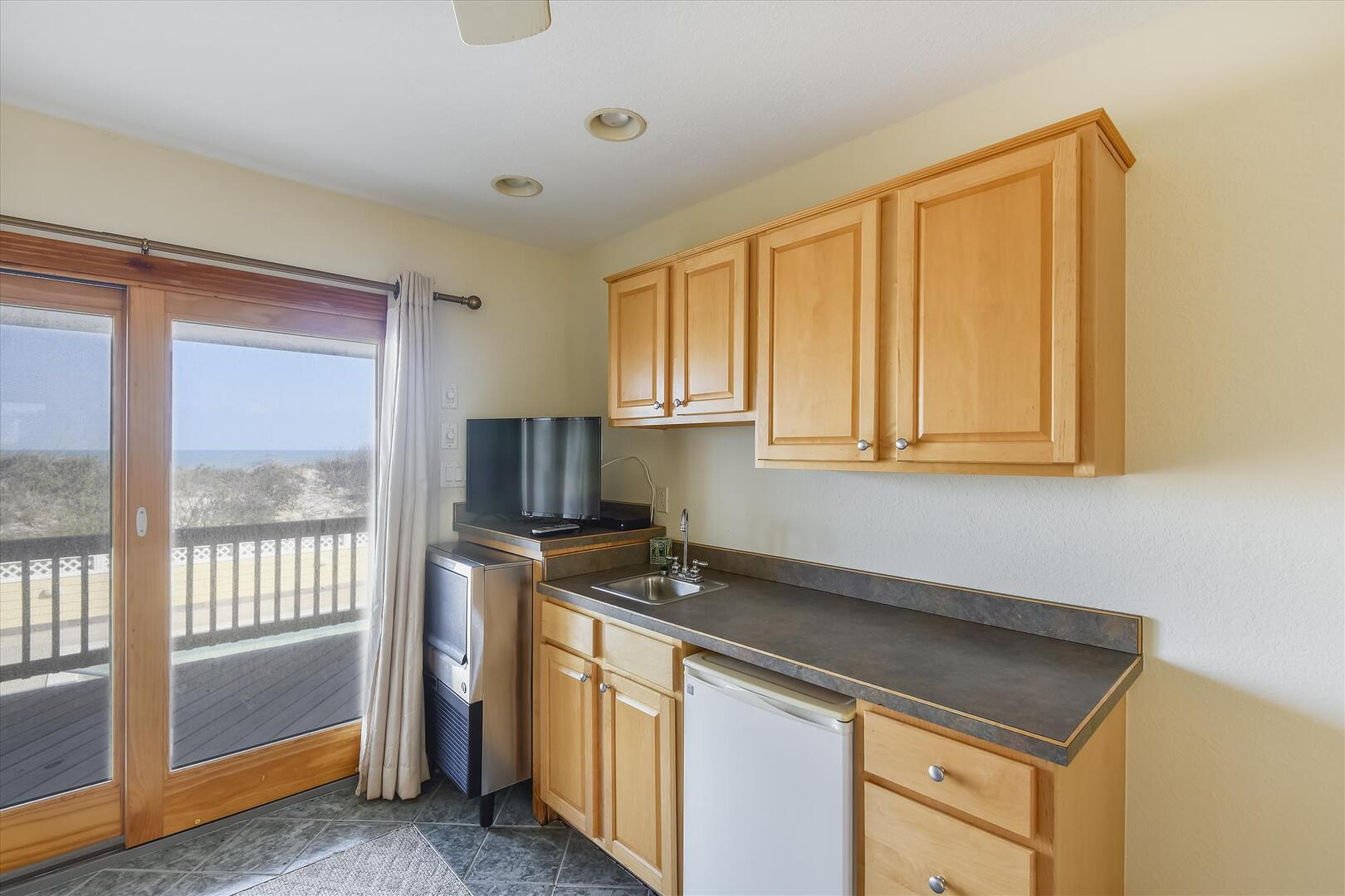 Middle/Pool Level,Wet Bar,