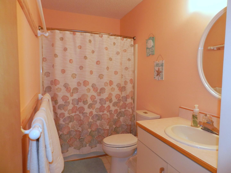 Mid Level Full Hall Bath