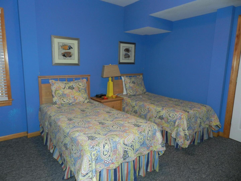 Lower/Pool Level,Twin Bedroom,