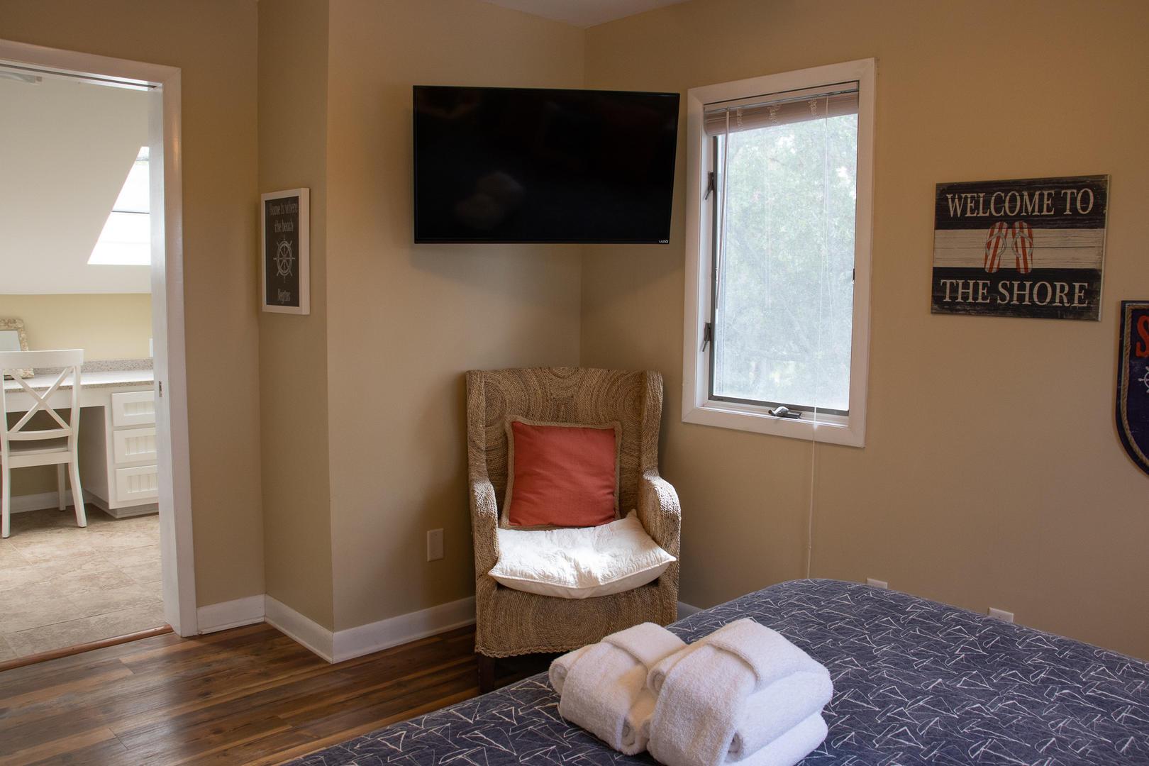 Bedroom 1, 2nd floor, TV, en suite full bath