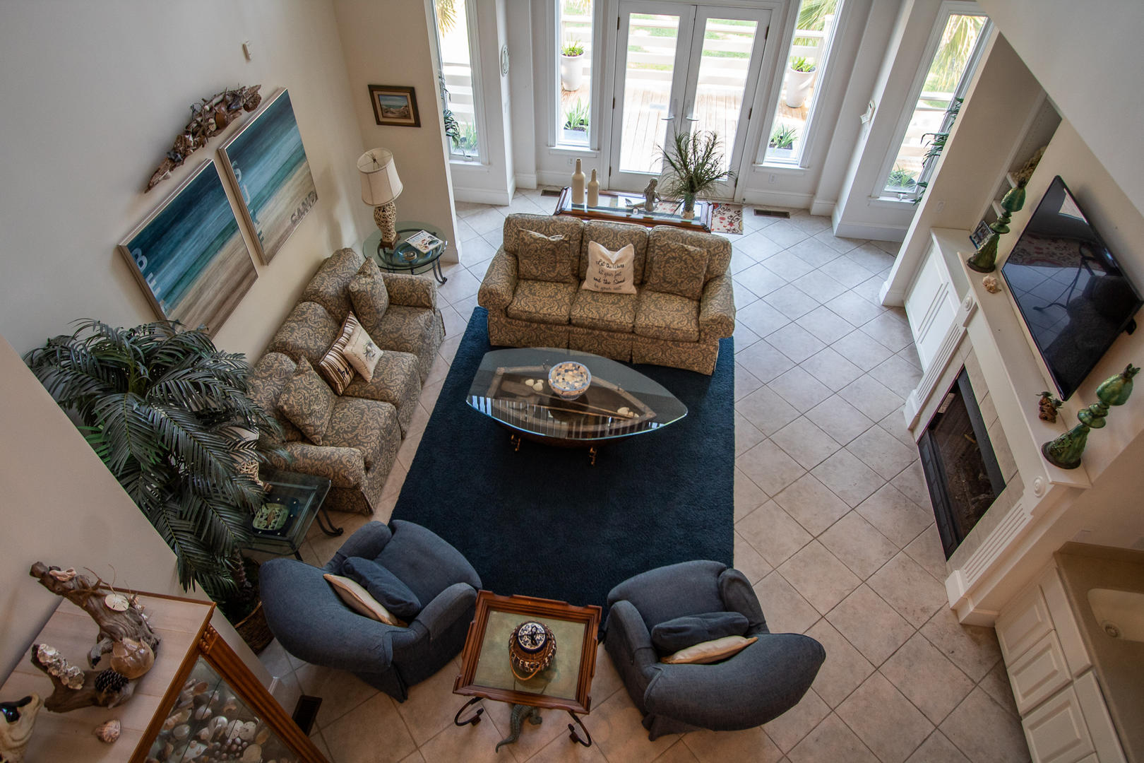 1st floor living area, TV, bar