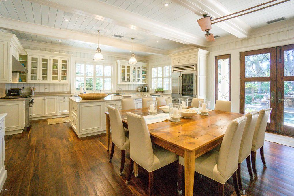 Kitchen/Dining-Tables can be separated for more seating