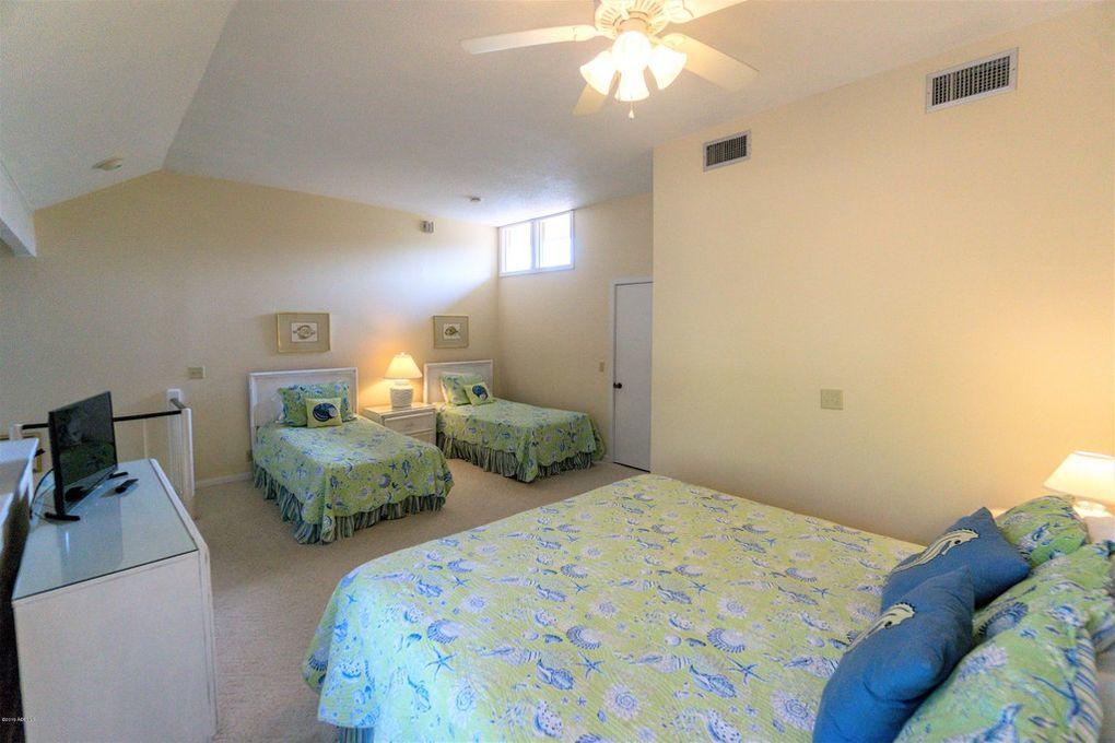 Loft, 2nd floor, TV, en suite full bath, King, 2 Twins