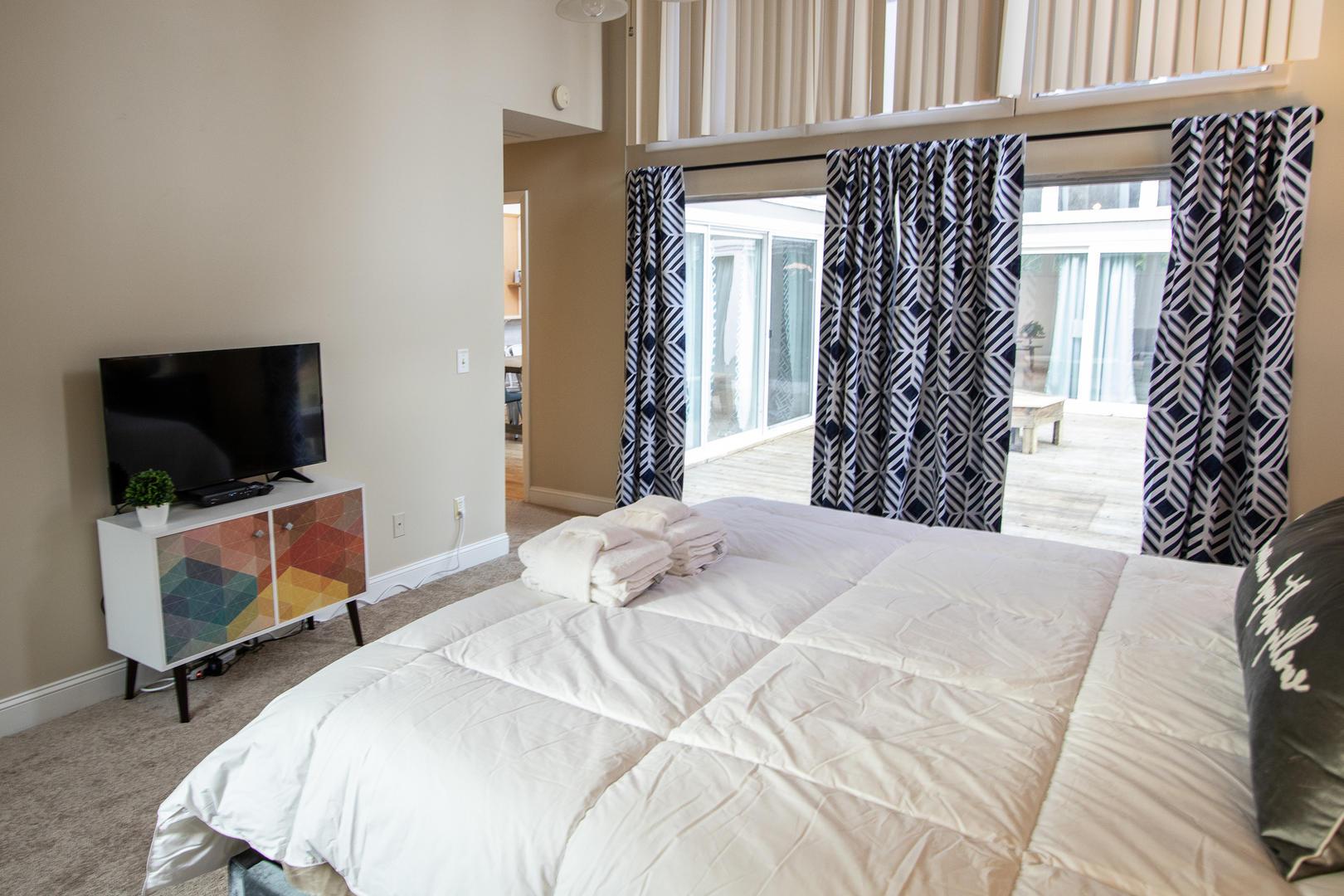 Master, TV, access to back deck, en suite full bath