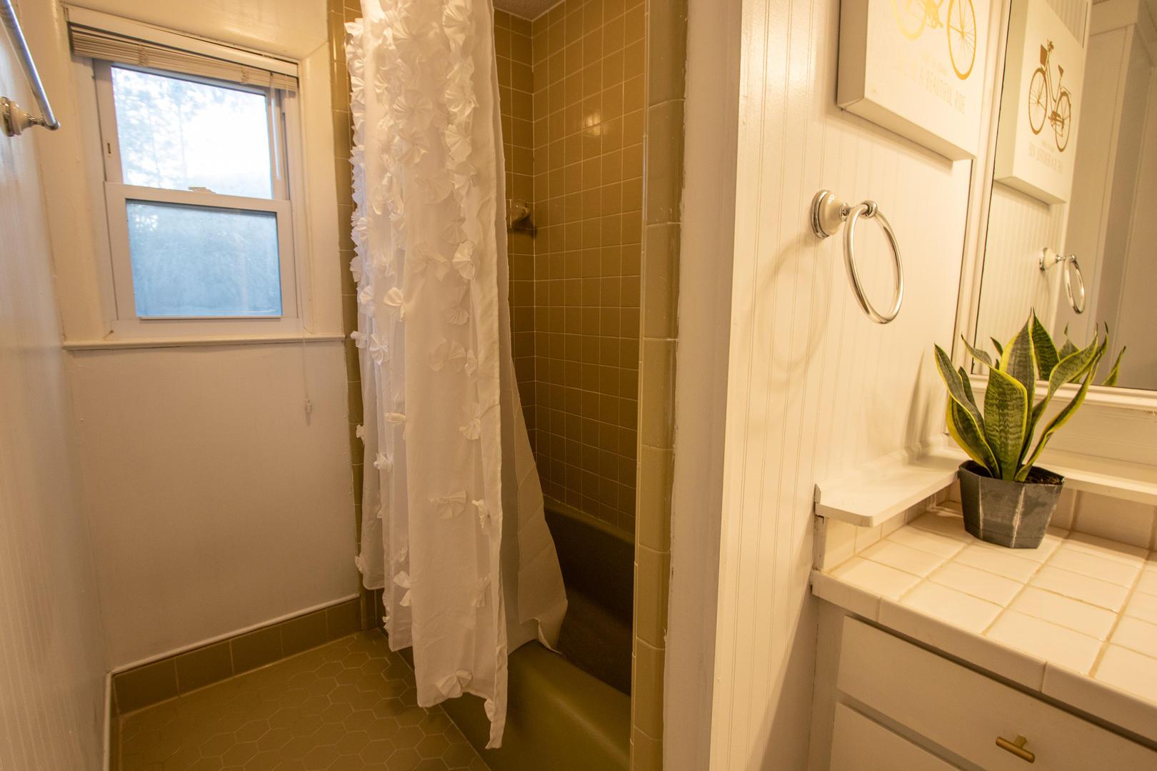 Hallway bath between bedrooms 2 and 3