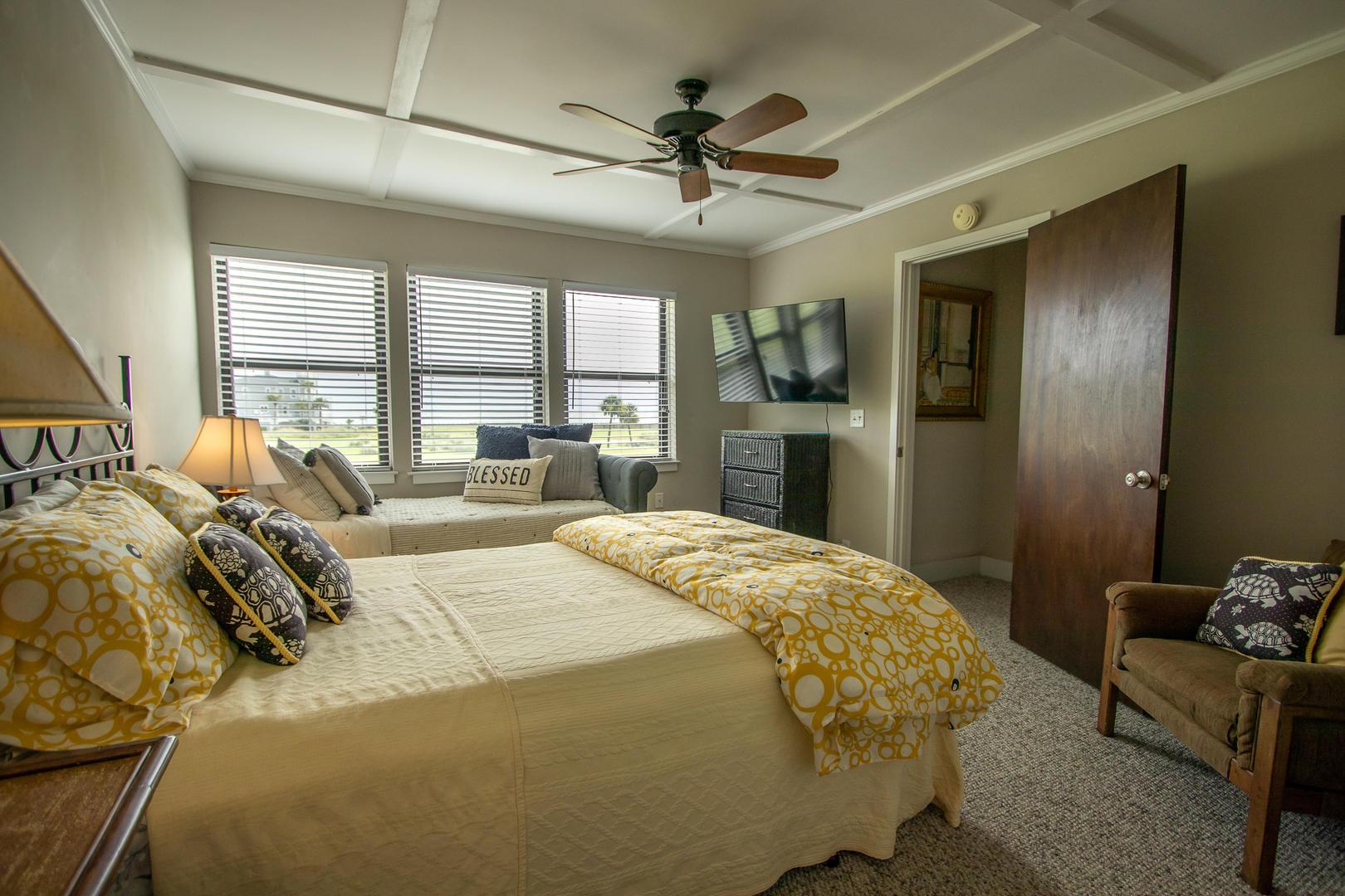 Bedroom 2, 2nd floor, TV, en suite full bath