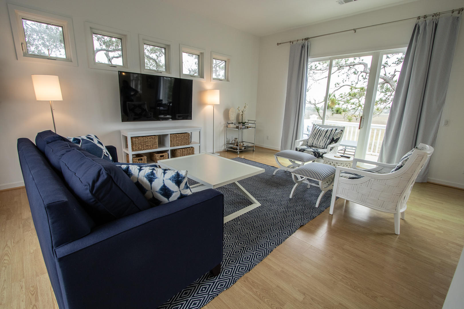 Living, 2nd floor, TV, access to balcony