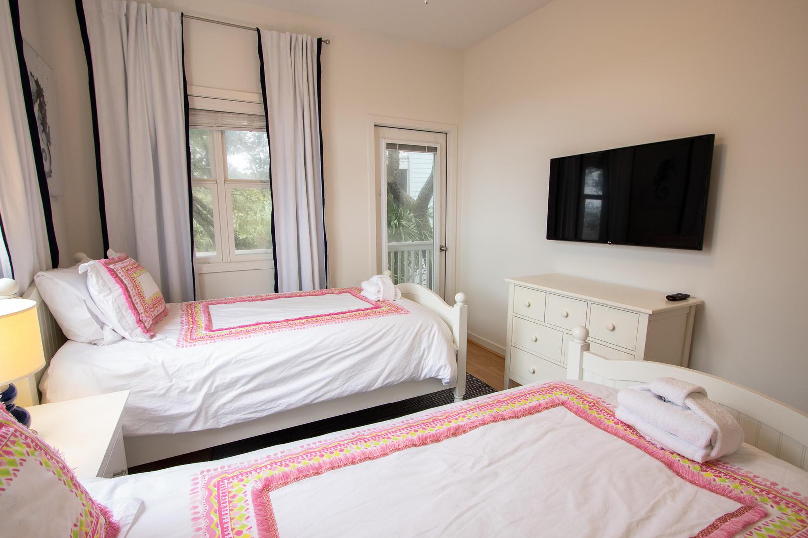 Bedroom 3, TV, access to screened balcony
