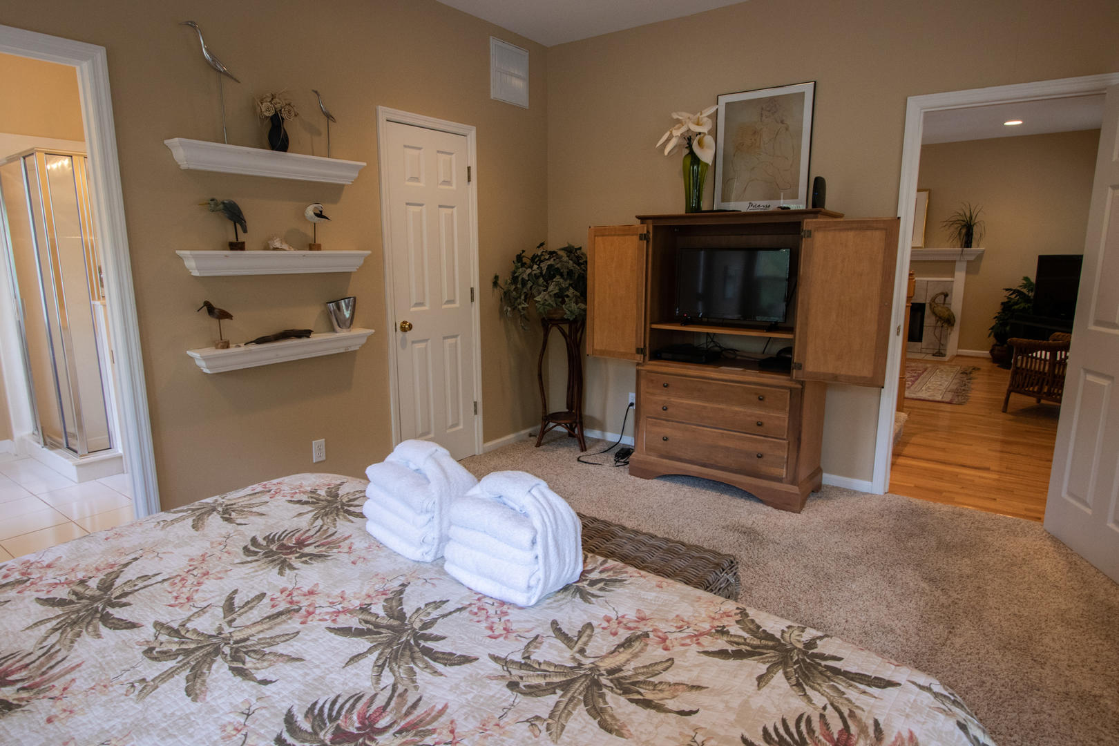 Bedroom 1, 1st floor, TV w/ DVD player, en sutie full bath