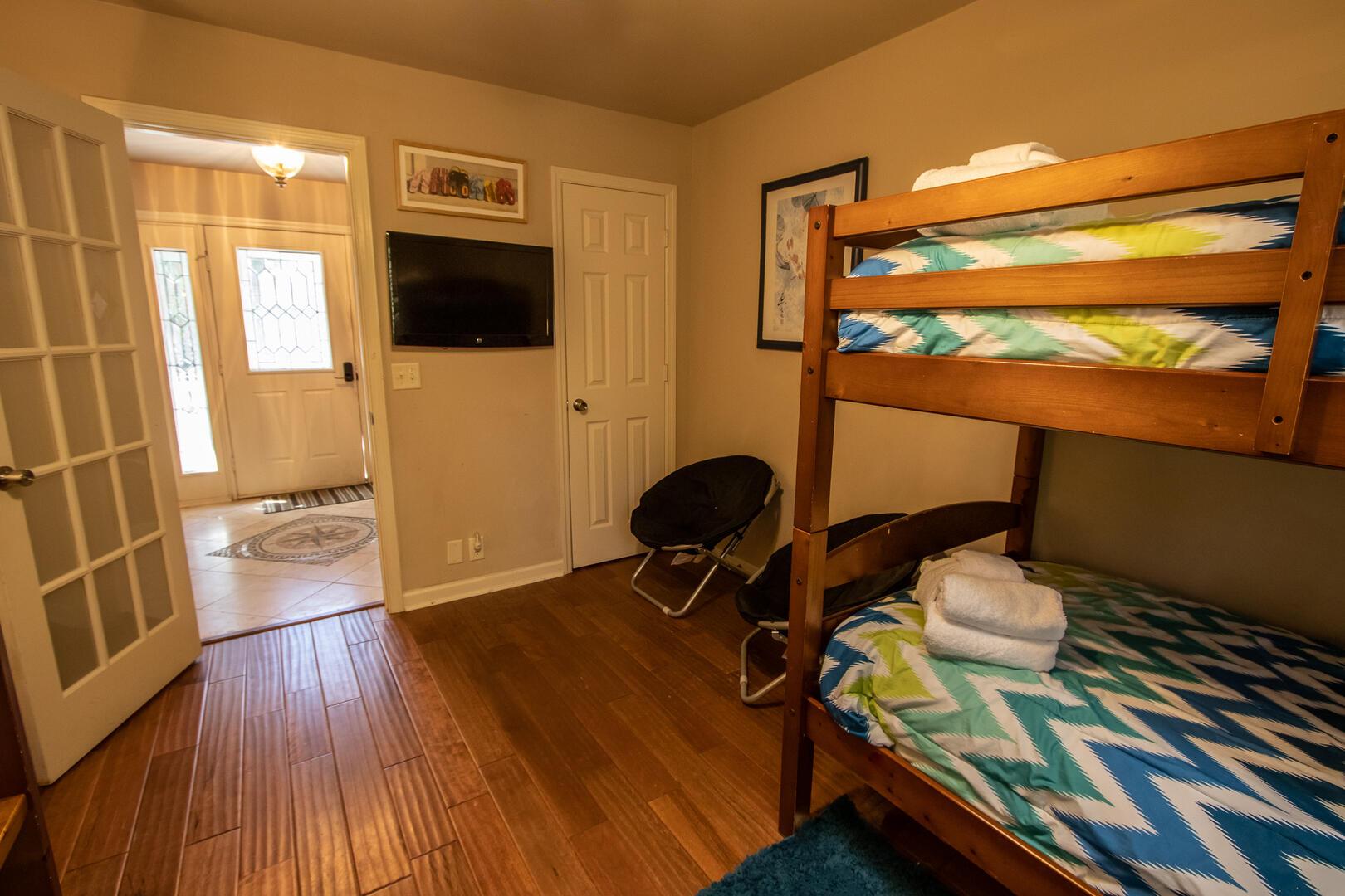 Bedroom 3, TV
