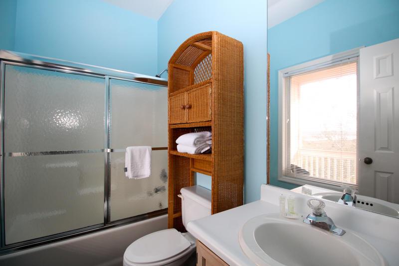 Upstairs En Suite Bath