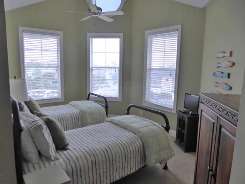2nd Floor Twin Bedroom with En Suite Bath
