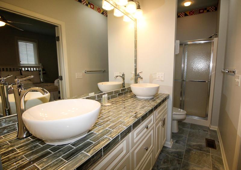 1st floor en suite bath