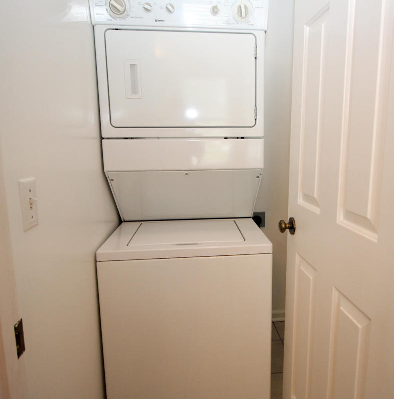 Washer/Dryer in Right Bath