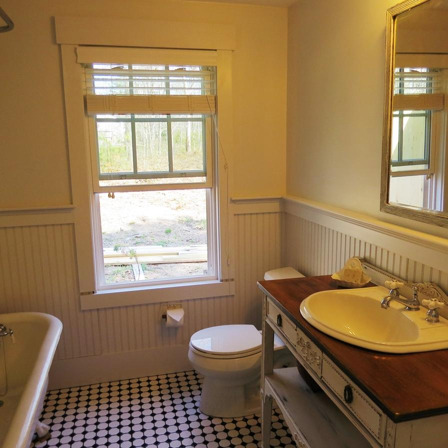 Shared full bath for the guest rooms