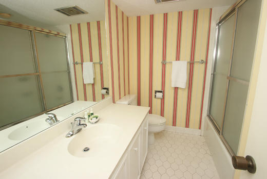 Guest bath for double and twin bedroom
