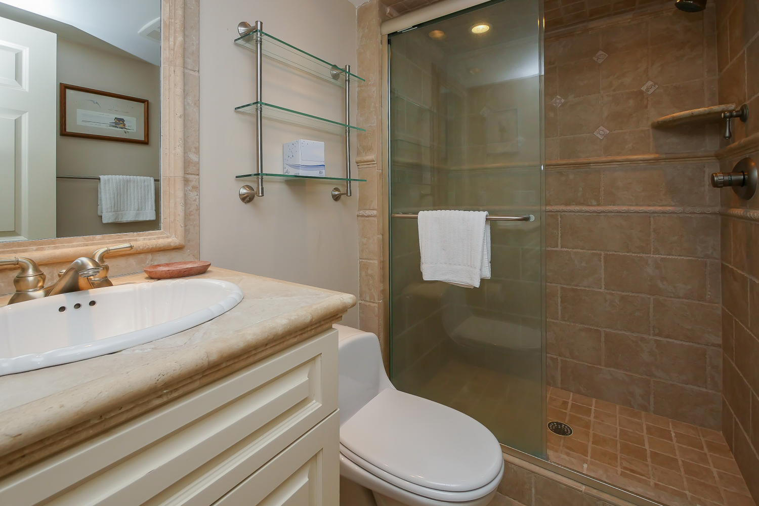 Guest bath for queen and bunk rooms - 1st level | Royal Estate plus Cottage