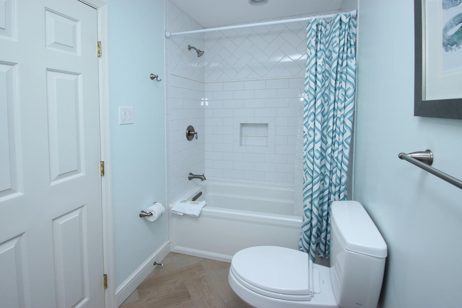 Bath for twin bedroom - mid-level