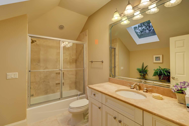 Shared Twin and King Bathroom | Beachside