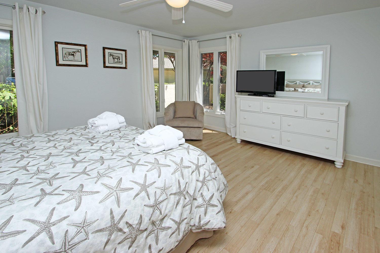 Queen bedroom - main level