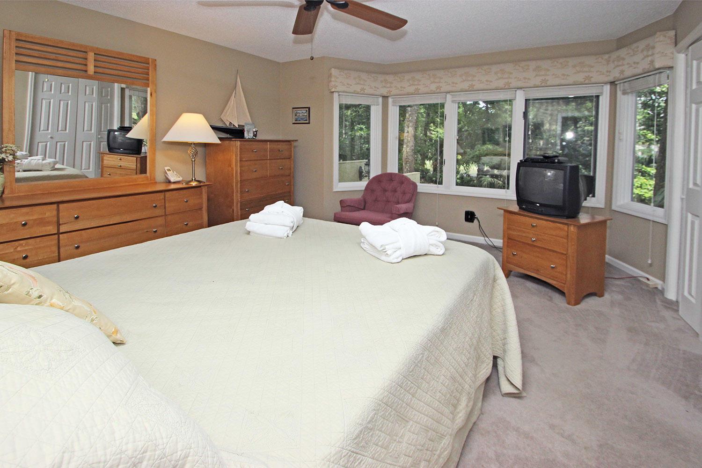 Queen bedroom - 1st level