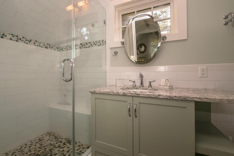 King guest bath - mid level | Ocean Jewel