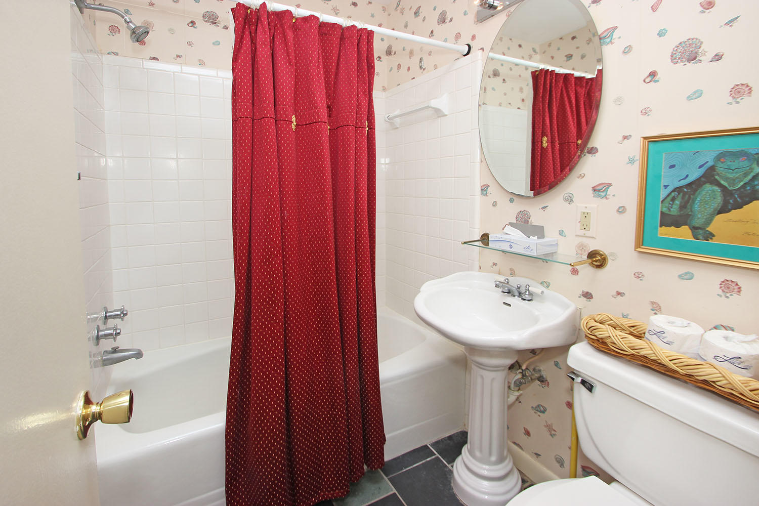 Bath for queen and twin bedroom