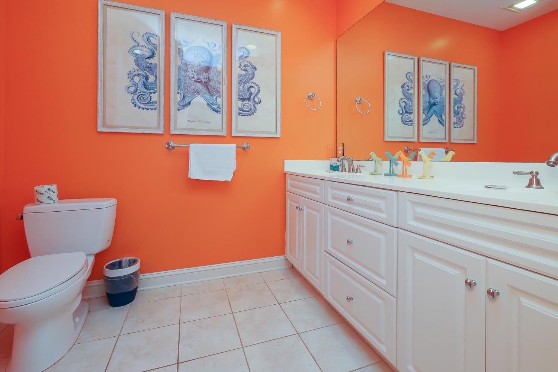 Queen bath - 2nd floor | The Sandy Pelican