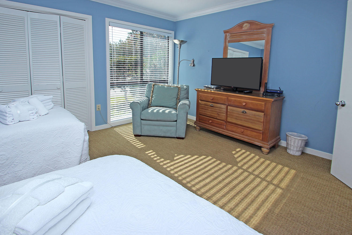 Guest bedroom with double and twin beds - 1st level