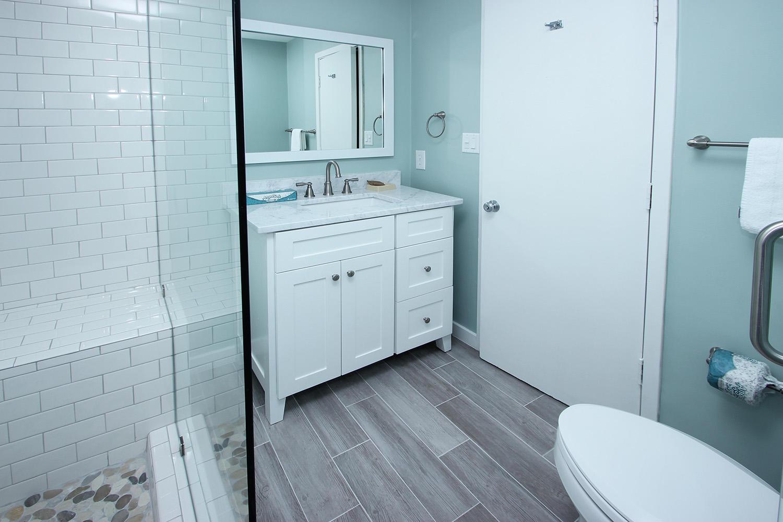 Bath for twin bedroom