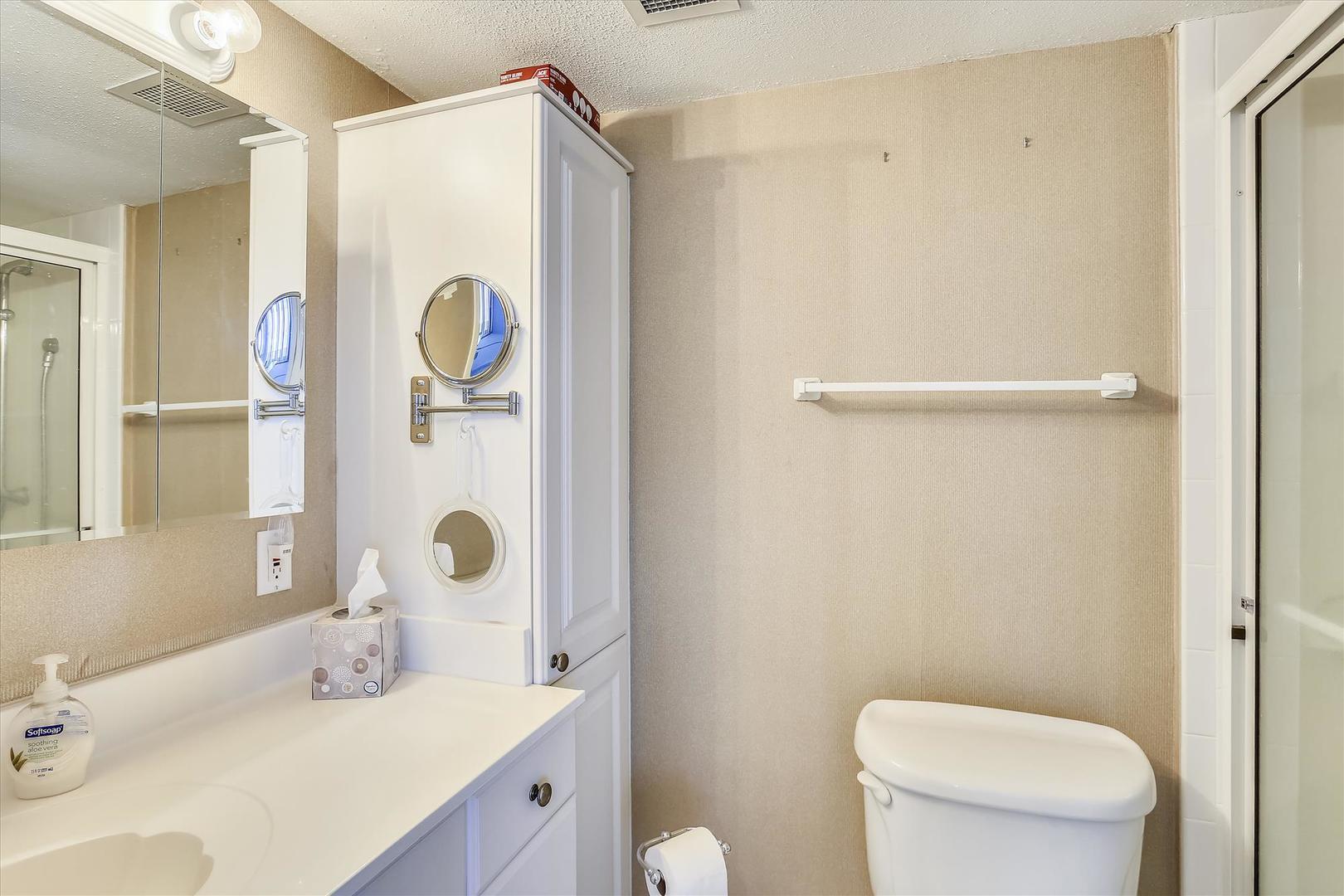 Century I 2221 - Upper Level Bathroom