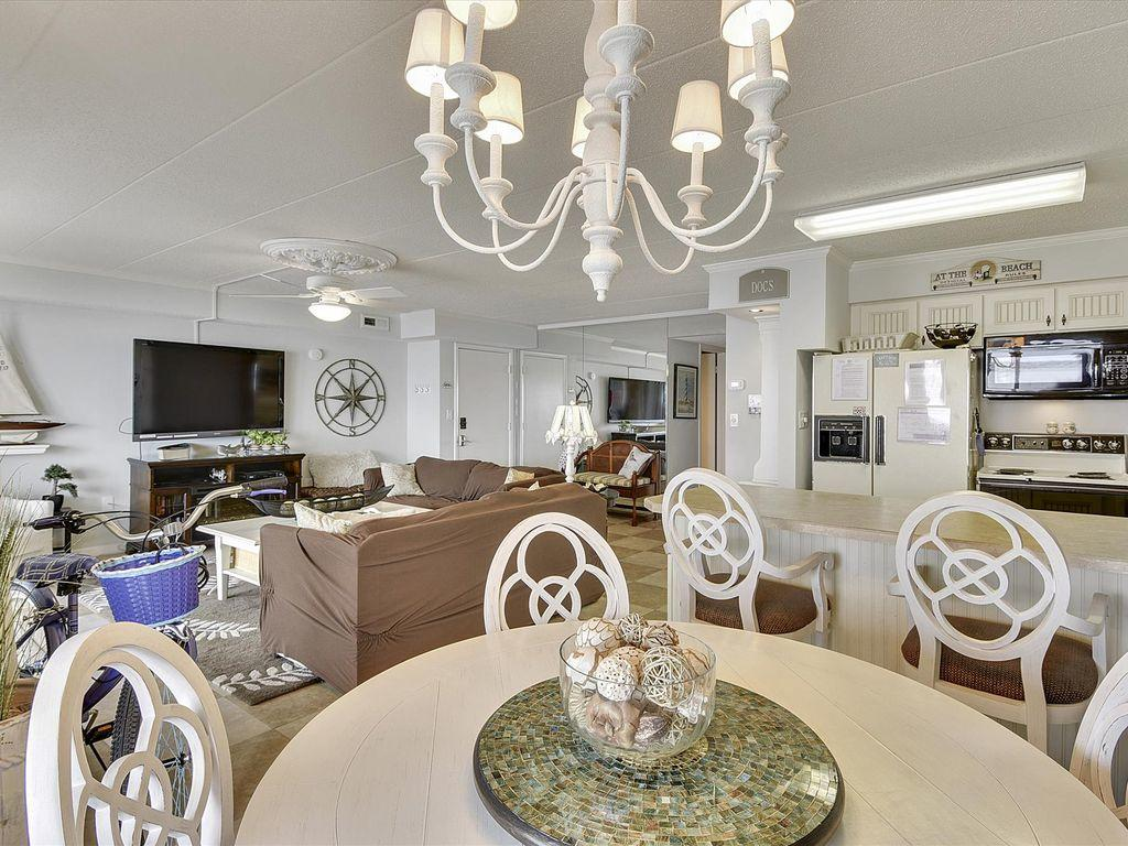 Harbour Island 102M - Dining Area