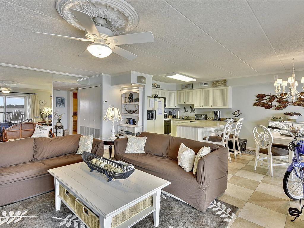 Harbour Island 102M - Living Room
