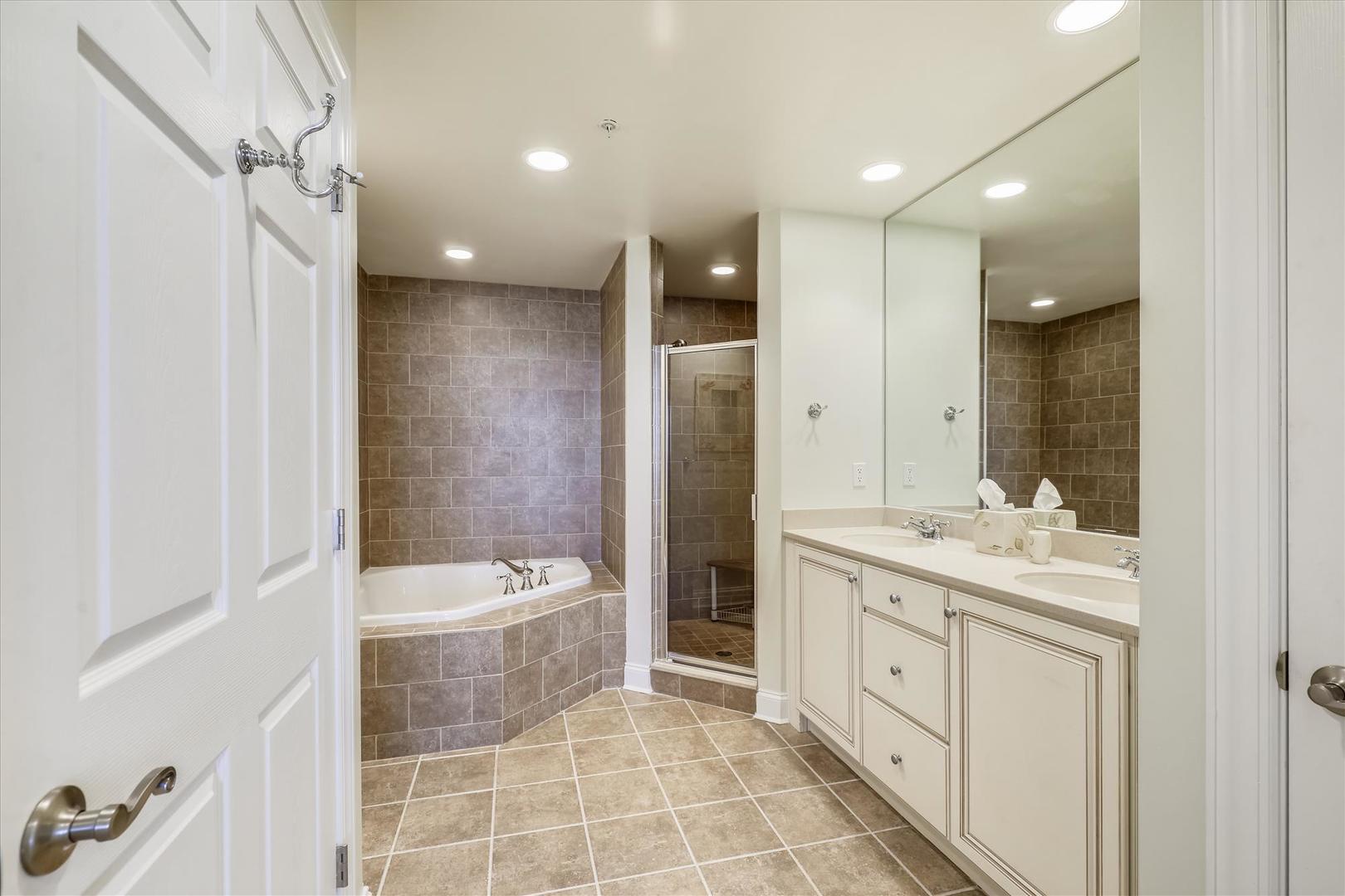 South Beach 304 - Master Bathroom