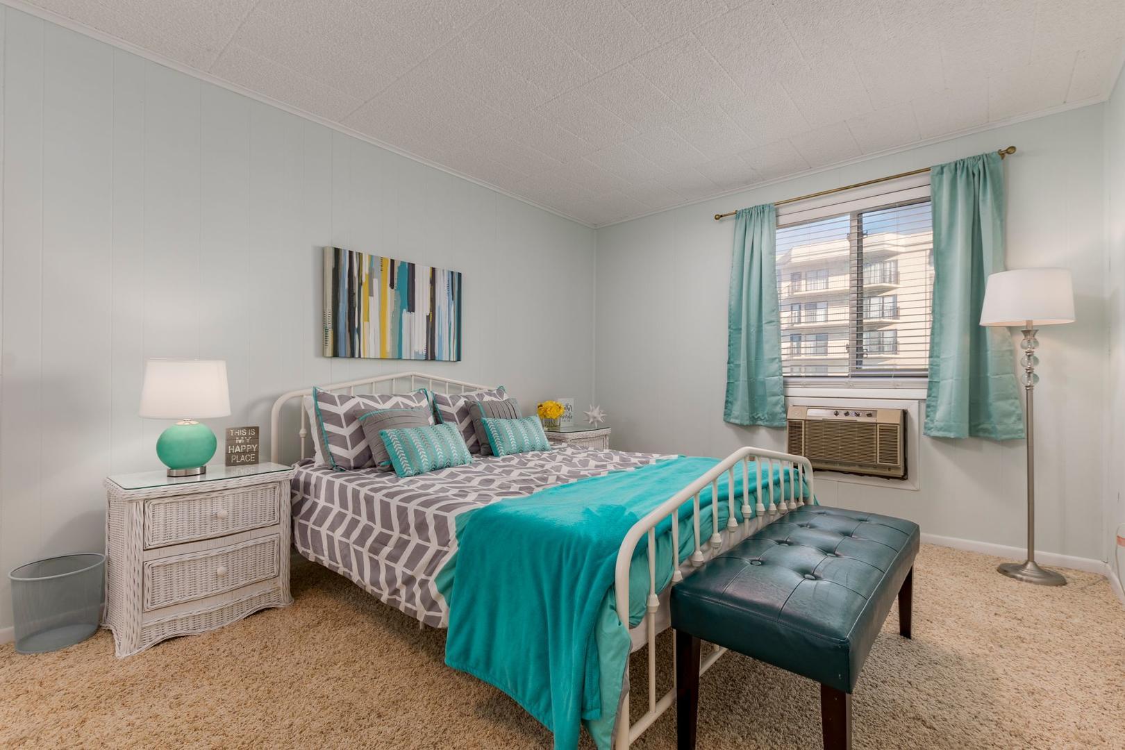 Colonial Condo 202 - Bedroom 1