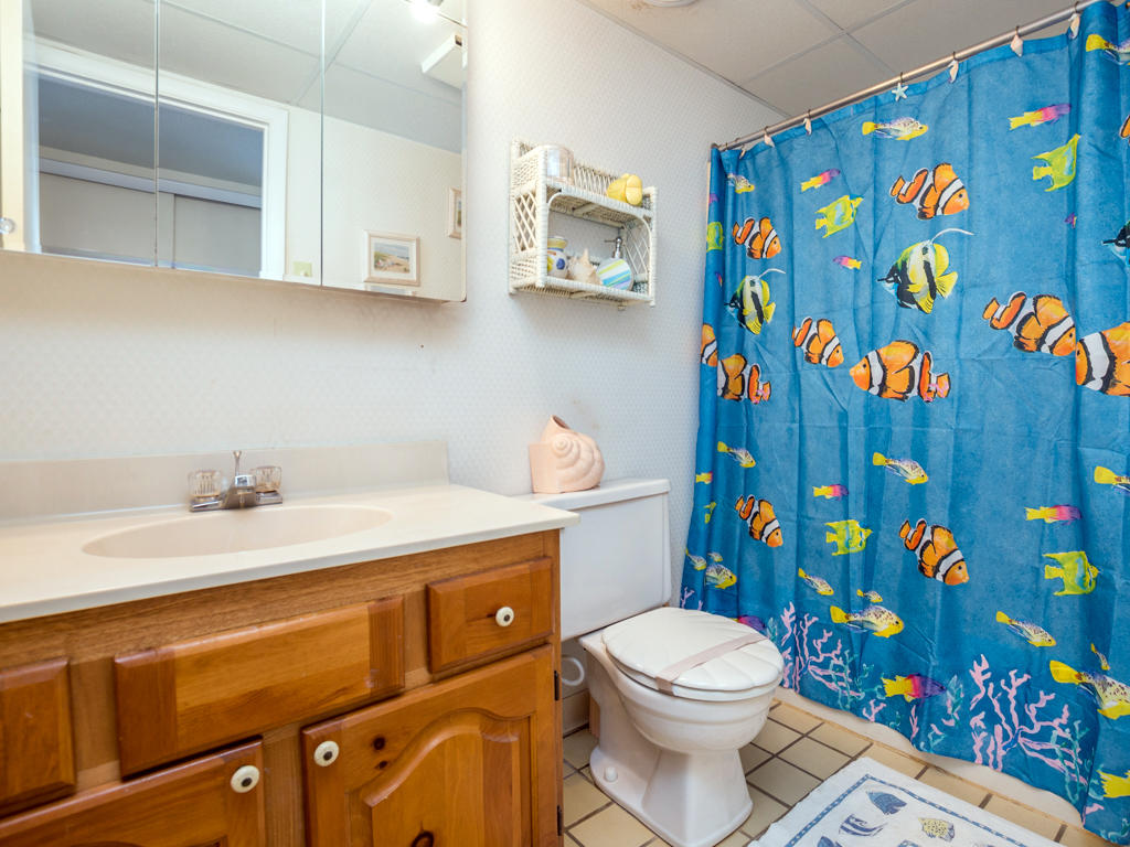 White Marlin 103A - Bathroom