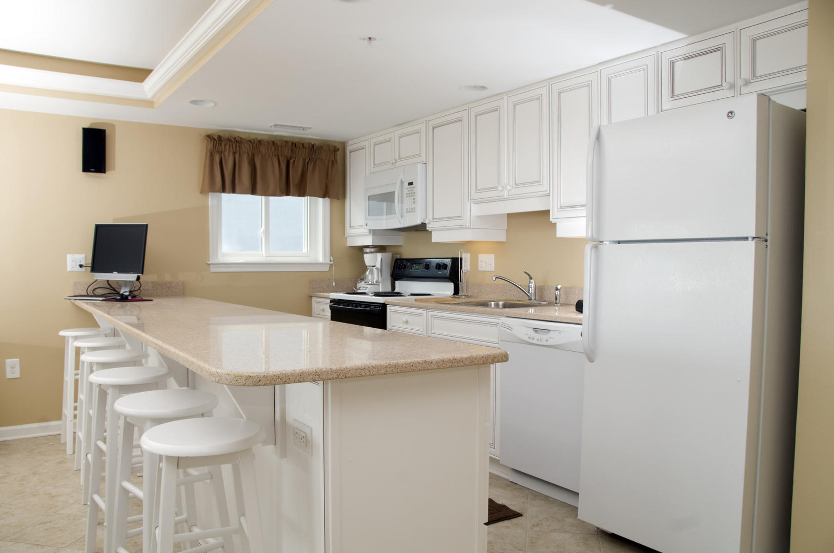OC Boardwalk Suites S2 - Kitchen