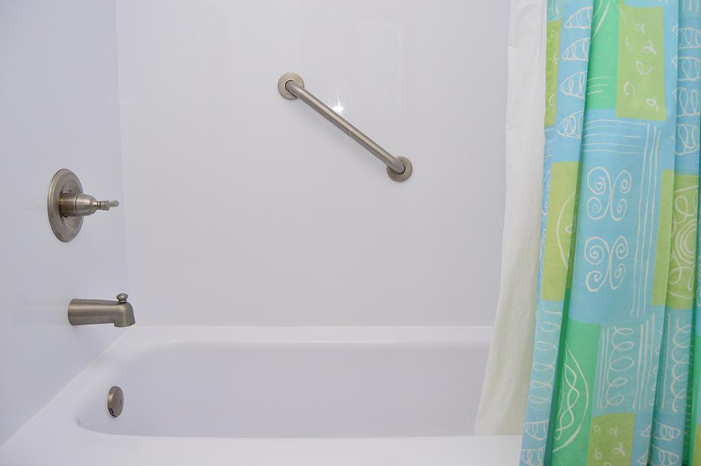 Sovereign Sea 406 - Hall Bathroom