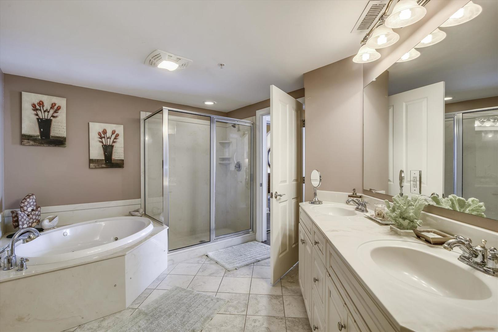 Belmont Towers 707 - Master Bathroom